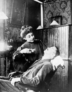 1909 PHOTO WOMAN DENTIST OFFICE