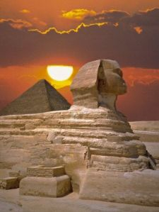 Sphinx and pyramid at sunset - Fotopic Getty Images